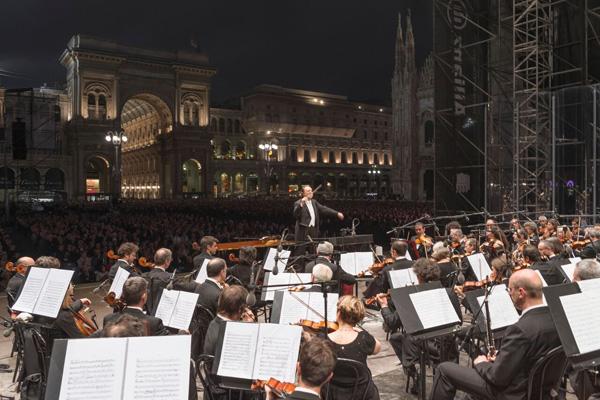 2334c48593 Domenica 10 giugno 2018 alle 21.30 la Filarmonica della Scala torna in Piazza  Duomo con il Concerto per Milano, sesta edizione dell'annuale appuntamento  ...